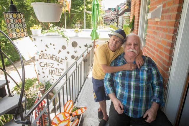 Alain Duchesneau et Jean Blanchette sur leur balcon.... (Photo Ivanoh Demers, La Presse)