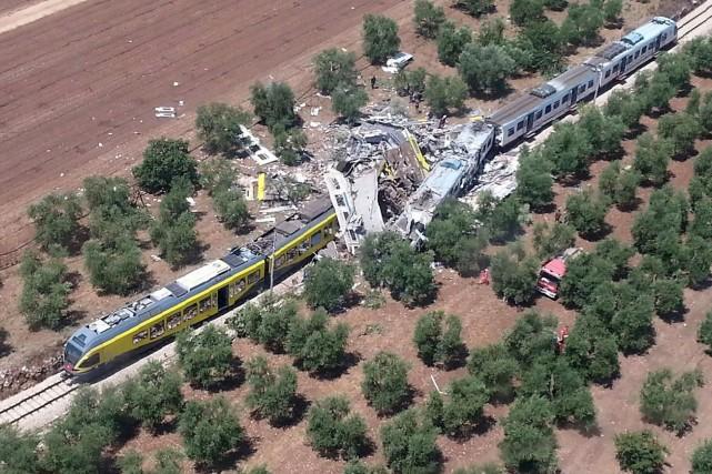 Une image de l'accident montre les wagons écrasés... (AFP, Vigili del Fuoco)