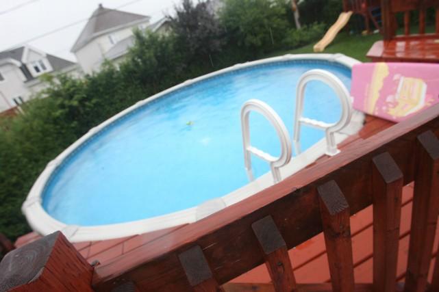 Un adulte inconscient a été découvert dans une piscine de Gatineau, mardi matin. (Archives, Ledroit)