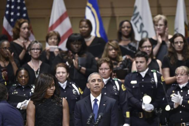 Accompagné de Michelle Obama, vêtue d'une robe noire,... (PHOTO AFP)