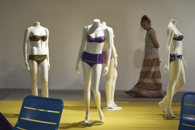 Quelques-uns des bikinis présentés dans le cadre de... (PHOTO AFP)
