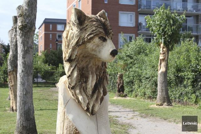 Une vingtaine de sculpteurs sur bois ont transformé... (Patrick Woodbury, LeDroit)