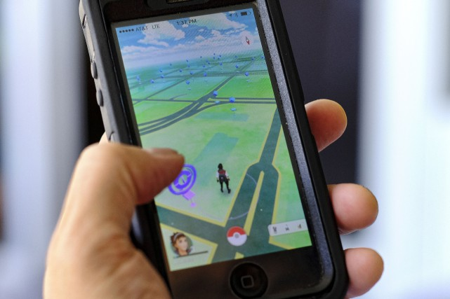 Un mordu du jeu Pokemon Go s'amuse sur... (AP, Richard Vogel)