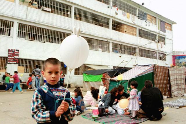 Un enfant visite son pè‹re dans une tente...