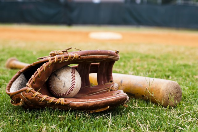 9755724 - old baseball, glove, and bat on... (Photo 123RF)