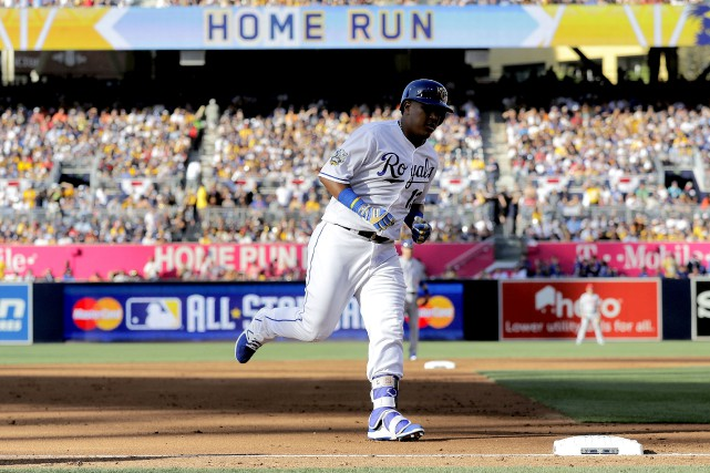Salvador Perez, des Royals de Kansas City, contourne... (Photo AP)