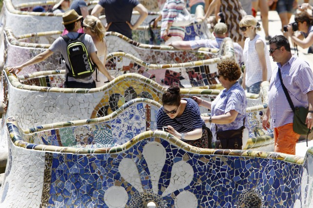Des touristes visitent le parc Guell à Barcelone.... (PHOTO ARCHIVES AFP)