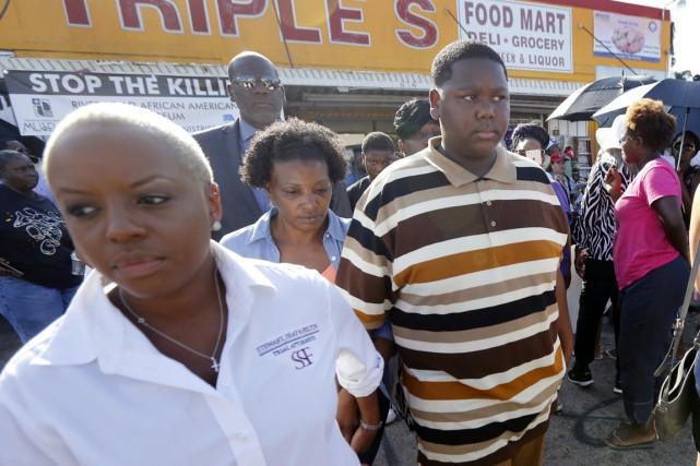 Devant des journalistes rassemblés à l'endroit même où... (photo Gerald Herbert, AP)