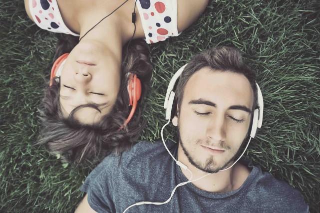 CHRONIQUE / «Qu'est-ce que t'aimes comme musique?» T'es célibataire, c'est... (123RF/Orlando Rosu)