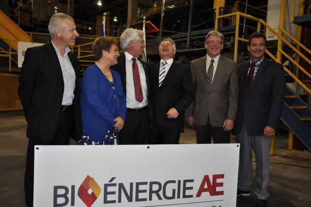 Le ministre Laurent Lessard (au centre) rit à... (Collaboration spéciale Martin Bélanger)