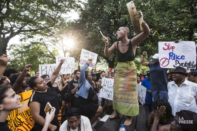 Une dizaine de manifestants sont montés sur une... (PHOTO ÉDOUARD PLANTE-FRECHETTE, LA PRESSE)