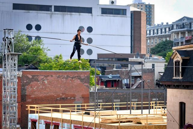 À 40 pieds de hauteur, sur un fil tendu, un homme traverse la rue. Un... (PHOTO BERNARD BRAULT, LA PRESSE)