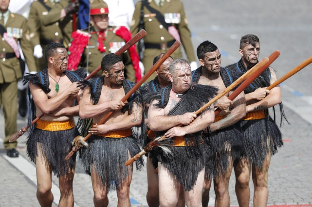 Clou du «spectacle», six guerriers maoris de Nouvelle-Zélande... (photo François Mori, AP)