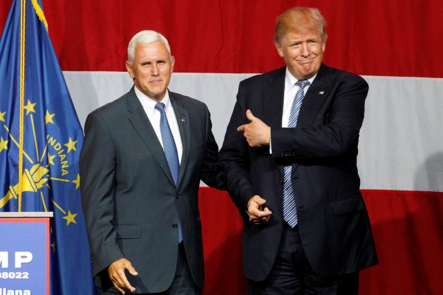 Le gouverneur Mike Pence (à gauche) en compagnie... (photo John Sommers II, archives REUTERS)