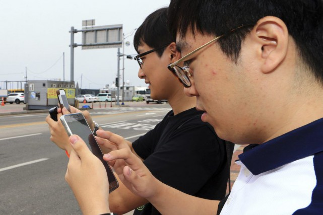 Deux amateurs de Pokemon Go à Sokcho, en... (PHOTO AP)