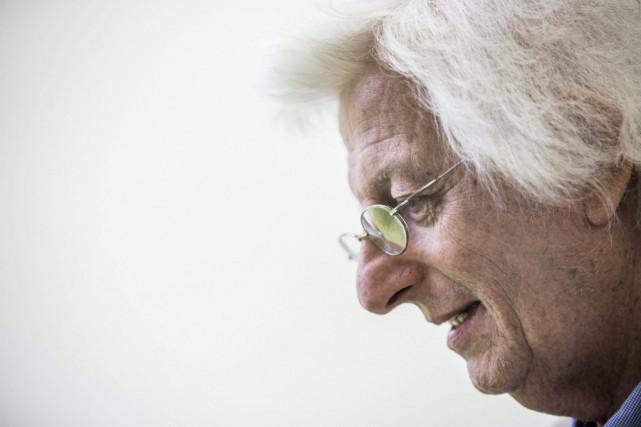 Peter Esterhazy photographié lors d'une séance de dédicaces... (PHOTO ARCHIVES AP)
