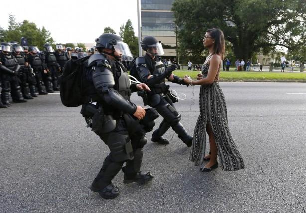 «L'attitude calme et stoïque de la jeune femme... (PHOTO JONATHAN BACHMAN, REUTERS)