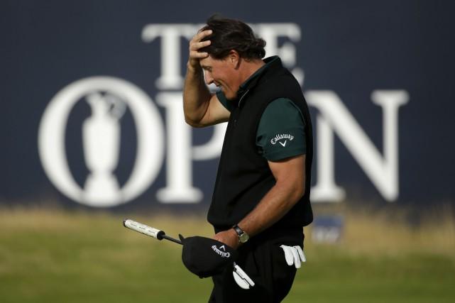 Phil Mickelson, qui est en tête du tournoi,... (AP, Matt Dunham)
