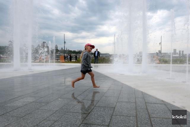 Cette petite fille a exploré la nouvelle fontaine... (Photothèque Le Soleil, Erick Labbé)