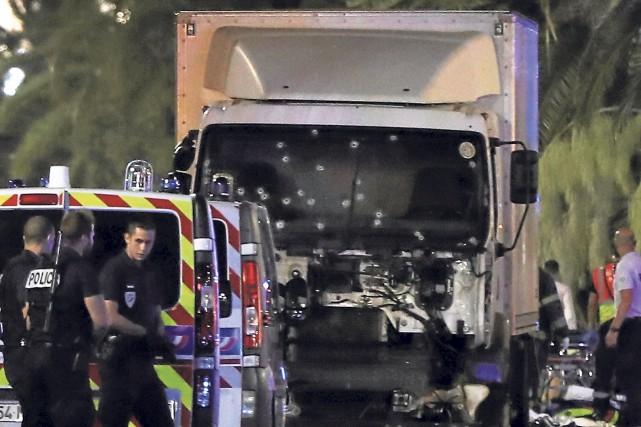 Le camion qui a foncé dans les fêtards... (AFP, Valery Hache)