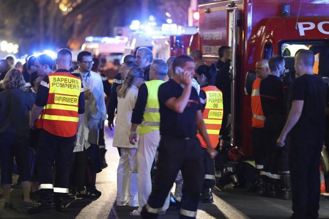 Pompiers, policiers et ambulanciers ont été dépêchés sur... (AFP, Valery Hache)
