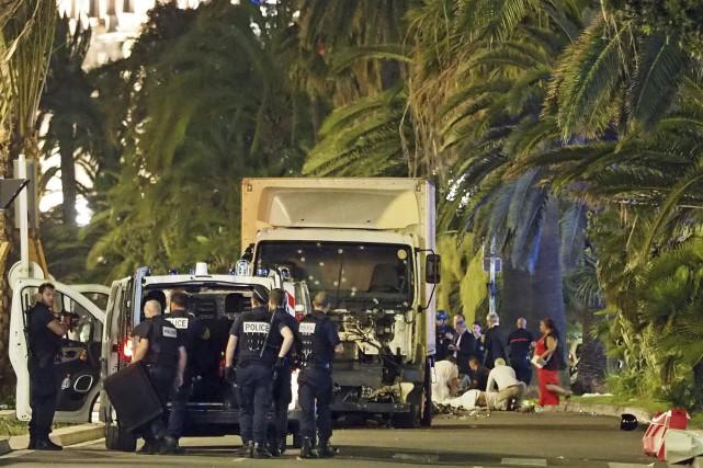 Les autorités aident une personne blessée dans l'attaque... (AP)