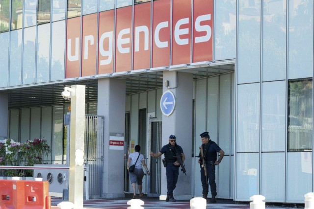Des policiers montent la garde à l'entrée de... (PHOTO JEAN-PIERRE AMET, REUTERS)