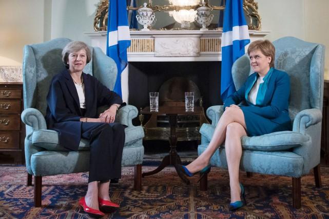 La première ministre britannique Theresa May (à gauche)... (photo James Glossop, AFP)