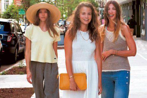 Kate Huling, au centre, porte une robe blanche... (Photo Sioux Nesi, Éditions de La Martinière)
