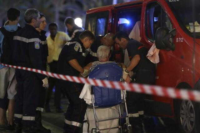 Des secouristes sont venus en aide à une... (PHOTO VALERY HACHE, AFP)