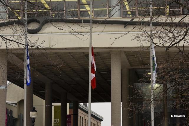 Les villes de Trois-Rivières et Shawinigan démontrent leur appui à la France à... (Photo: Francois Gervais Le Nouvelliste)