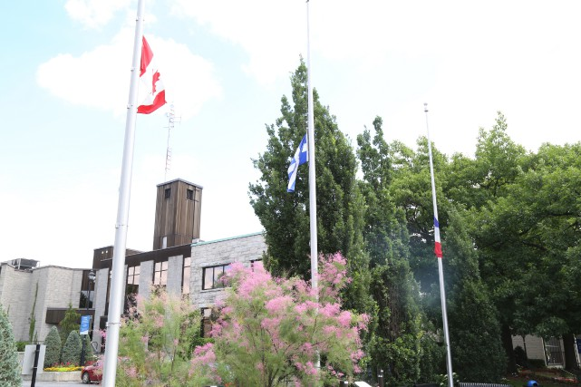 La Ville de Granby a mis ses drapeaux... (photo janick marois)
