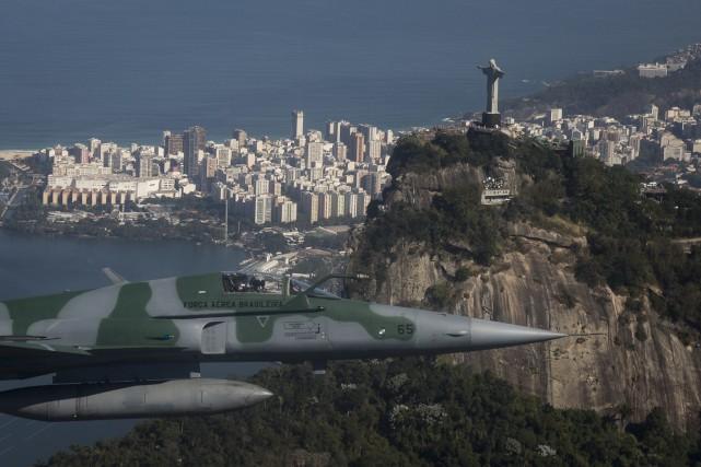 Un F-5 simule l'interception d'un autre avion lors... (AP, Felipe Dana)