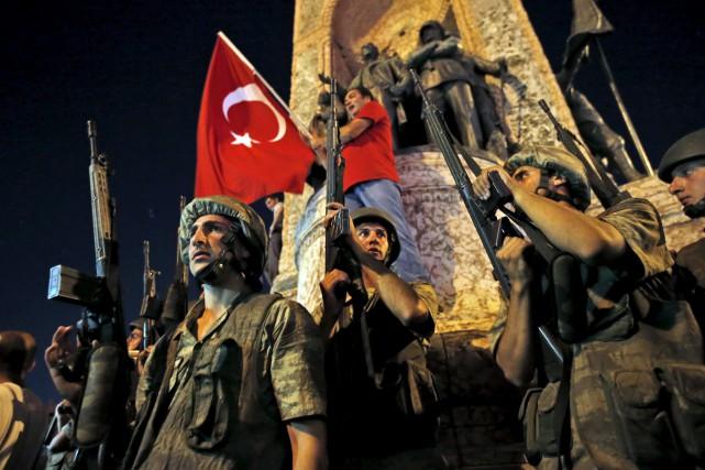 Des soldats turcs maintiennent la sécurité près de... (AP)