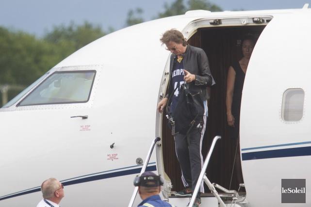 John Taylor (basse)à son arrivée à l'aéroport de... (Caroline Grégoire, Le Soleil)