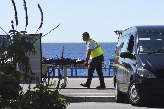 Une victime est évacuée du lieu de l'attentat... (AFP, Boris Horvat)
