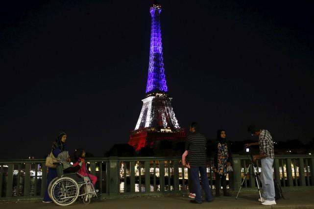 La tour Eiffel est illuminée aux couleurs du... (AFP, Matthieu Alexandre)