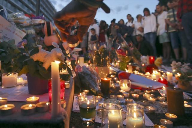 Des fleurs et des bougies ont été déposées... (AP)