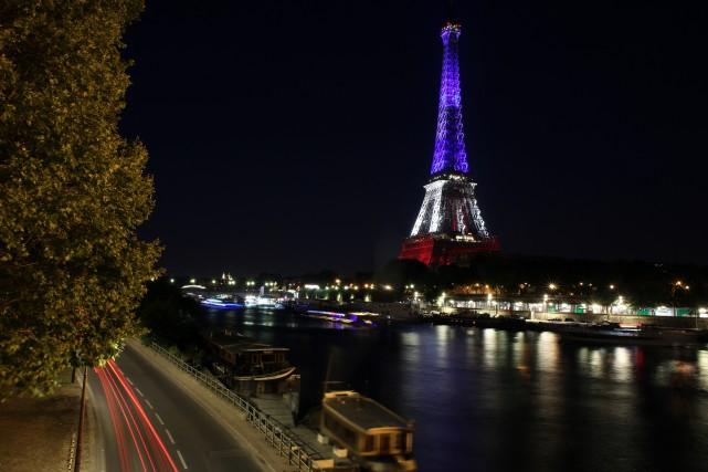 La tour Eiffel illuminée aux couleurs de la... (Associated Press)