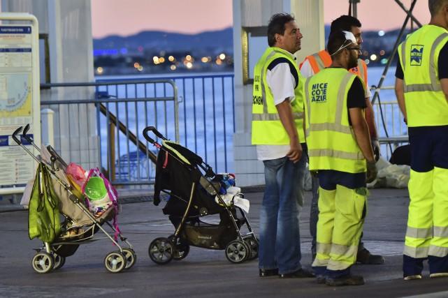 Les équipe des nettoyage en réunion à côté... (AFP, Giuseppe Cacace)