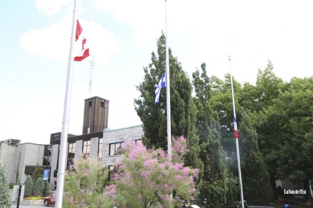 La Ville de Granby a mis les drapeaux... (Janick Marois, La Voix de l'Est)
