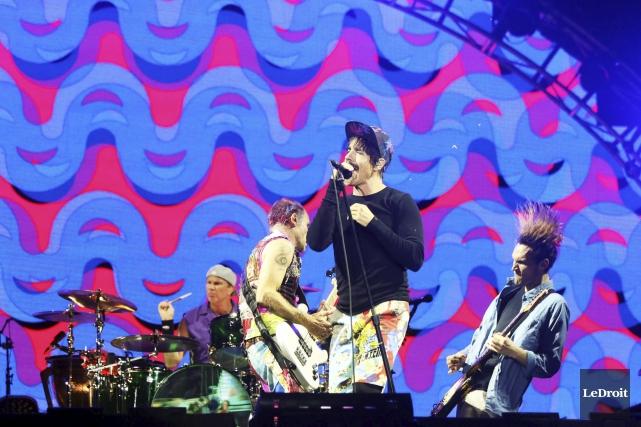 Les Red Hot Chili Peppers ont enflammé la... (Etienne Ranger, LeDroit)