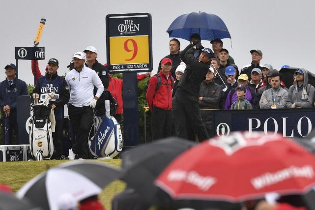 La pluie est venue compliquer le travail des... (AFP, Ben Stansall)