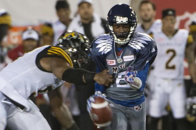 Le quart-arrière Rakeem Cato tente d'échapper aux griffes... (La Presse Canadienne, Peter McCabe)