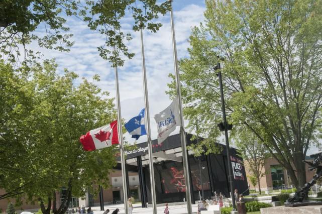Les drapeaux de Saguenay à la Place du...