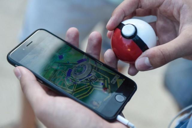 Un joueur utilise l'application Pokemon Go.... (AFP)