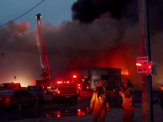 L'incendie chez Canards du Lac Brome a débuté... (Photo fournie)