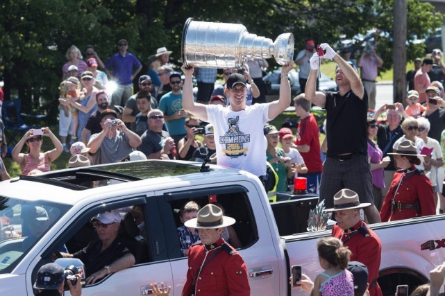Sidney Crosby soulèvela Coupe Stanley devant les habitants... (PHOTO DARREN CALABRESE, PC)