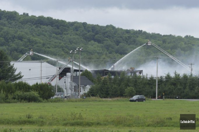 Vue de l'incendie au centre de transformation deCanards... (Photo Catherine Trudeau, La Voix de l'Est)