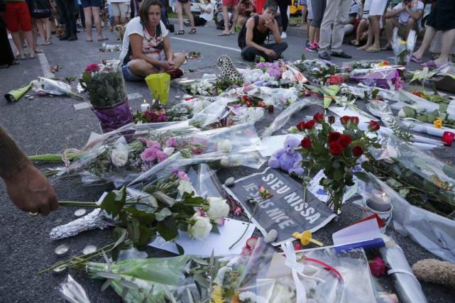 Des passants déposent des fleurs sur la Promenade... (PHOTO PASCAL ROSSIGNOL, REUTERS)